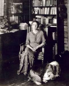 Sigrid Undset med bokhylle
